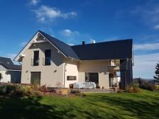 Pasivní dům se sedlovou střechou a garáží