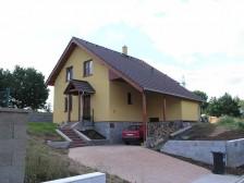 Projekt rodinného domu do svahu, kryté parkování 5+kk, 023